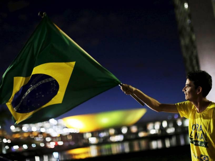 Movimentação na região onde os muros metálicos, e bases da Polícia e dos Bombeiros são instalados na Esplanada dos Ministérios em Brasília (DF), nesta quinta-feira (14)