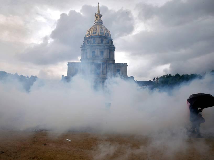 Nuvens de gás lacrimogêneo são vistas na esplanada do Palácio Invalides durante manifestação contra a reforma do direito do trabalho em Paris, na França - 12/05/2016