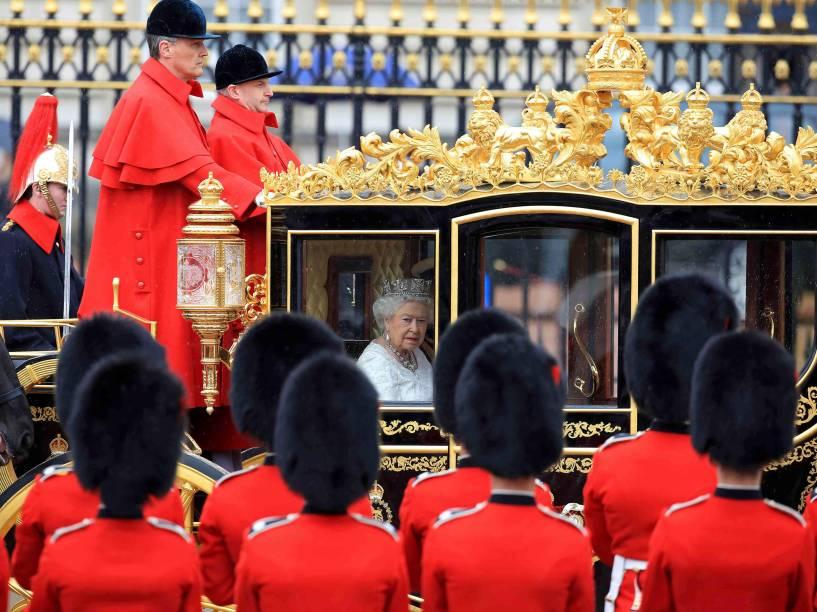 Rainha Elizabeth II é conduzida por uma carruagem do Palácio de Buckingham à Casa do Parlamento para a cerimônia de Abertura do Parlamento Britânico no centro de Londres - 18/05/2016