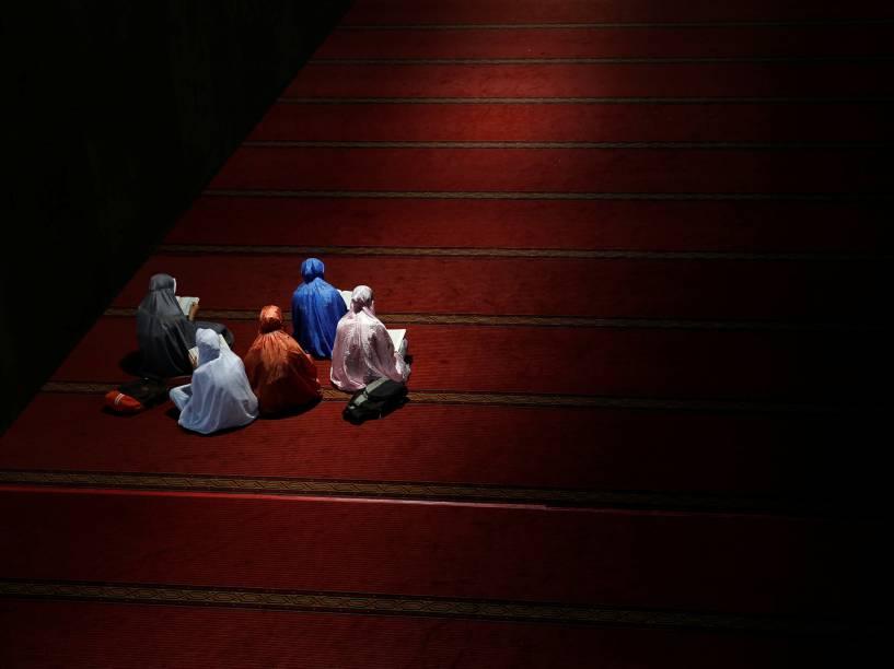 Mulheres leem o alcorão enquanto esperam para quebrar o jejum durante o mês sagrado do Ramadã dentro da Mesquita Istiqlal em Jacarta, na Indonésia - 09/06/2016
