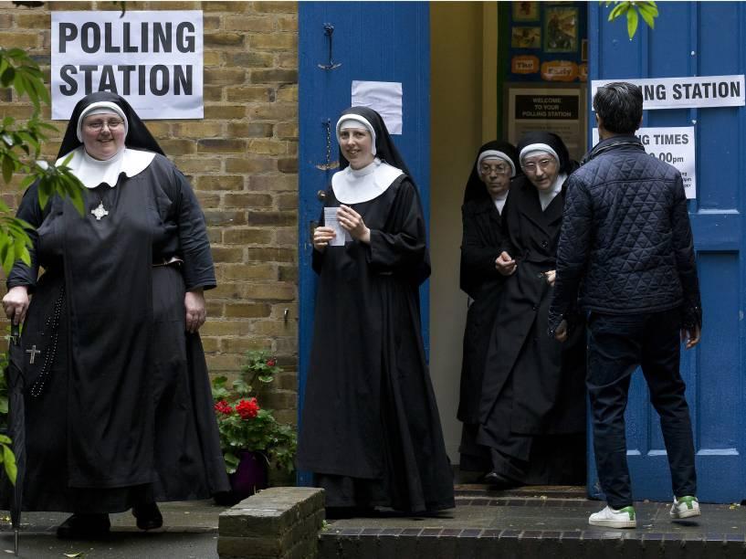 Freiras participam do referendo que decide a permanência ou saída do Reino Unido da União Europeia em um local de votação em Londres - 23/06/2016