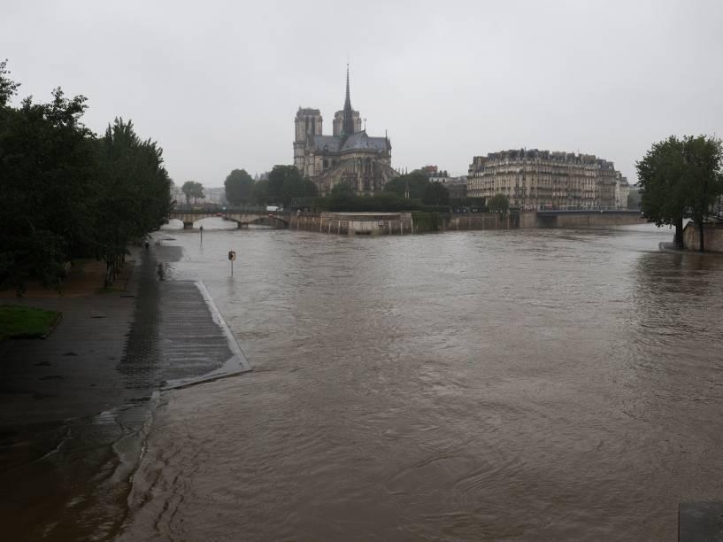 Catedral de Notre Dame é vista ao fundo, com Rio Sena inundado por causa de fortes tempestades que atingiram Paris, na França - 31/05/2016