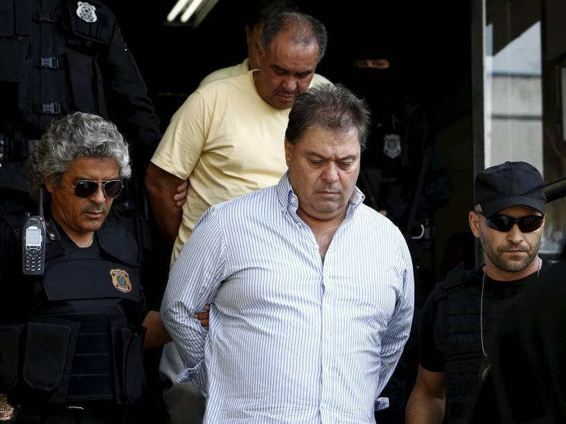 Ex-senador Gim Argello é escoltado por policiais federais enquanto deixa o Instituto de Ciência Forense em Curitiba, Brasil. Argello foi preso na 28ª fase da operação Lava Jato, que investiga corrupção na CPI da Petrobras - 13/04/2016