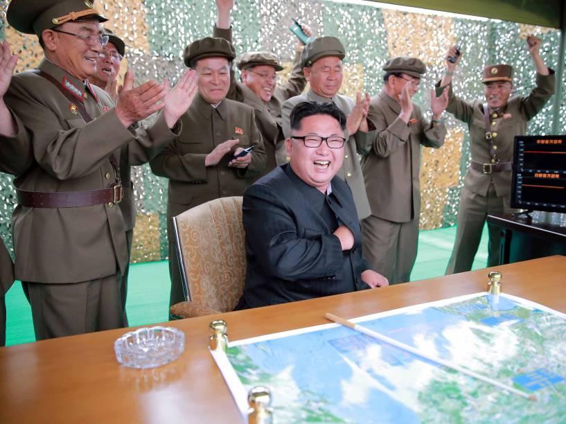 Ditador norte-coreano Kim Jong-Un reage durante teste do míssil balístico terra-terra de longo alcance Hwasong-10 em imagem divulgada pelo governo da Coreia do Norte