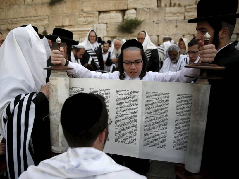 Judeu ultra-ortodoxo segura um rolo de Torá, durante benção sacerdotal, próximo ao Muro das Lamentações, em Jerusalém - 25/04/2016