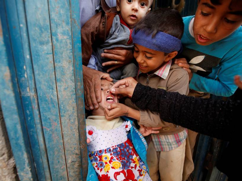 Menina recebe gotas da vacina contra a poliomelite, durante campanha de vacinação, na capital do Iêmen, Saná - 12/04/2016