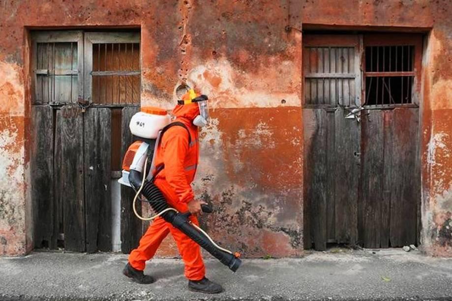 Trabalhador de fumigação em combate ao Zika vírus, na cidade de Mérida, no México