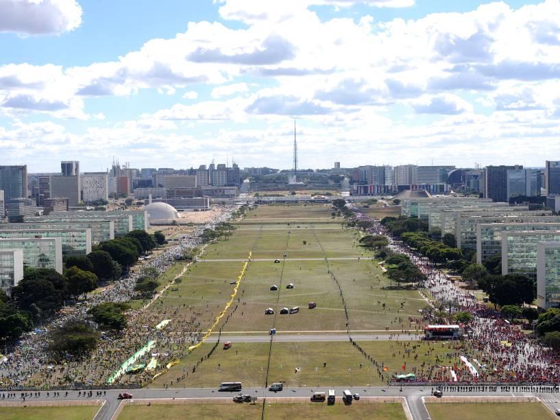 Imagems aérea mostra manifestantes a favor e contra o Impeachment, em Brasília - 17/04/2016
