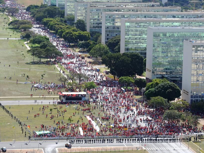 Imagem aérea mostra manifestantes contra o Impeachment, em Brasília - 17/04/2016
