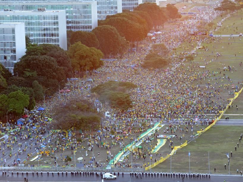 Imagem aérea de Brasília mostra manifestantes protestando a favor do Impeachment contra a presidente Dilma