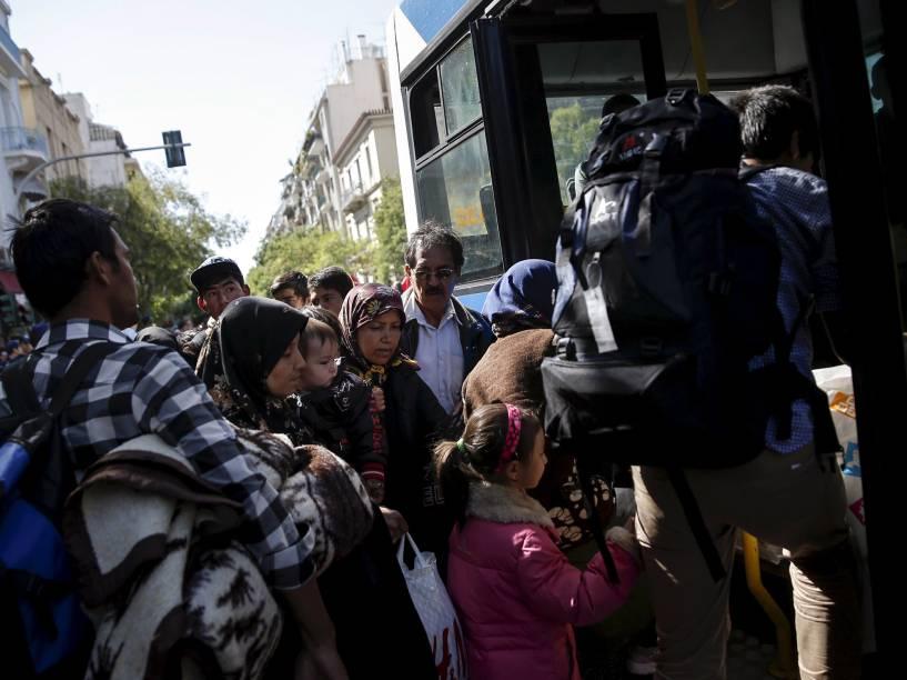 Refugiados de famílias afegãs foram transportados da Praça Victoria para um estádio em Atenas, Grécia, reaberto para receber imigrantes