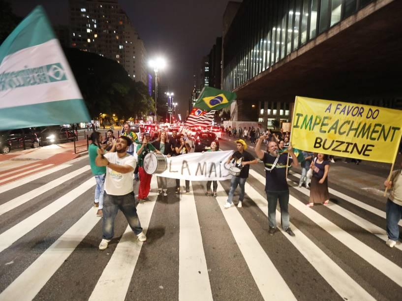 Manifestantes pró-impeachment ocupam a faixa de pedestres em frente ao Masp na Avenida Paulista, em São Paulo