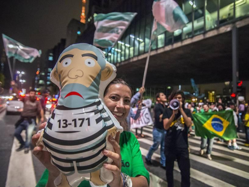 Manifestantes pró-impeachment comemoram na Avenida Paulista, em São Paulo. O presidente da Câmara, Eduardo Cunha, deu prosseguimento nesta quarta-feira (2) ao pedido de impeachment da presidente Dilma Rousseff
