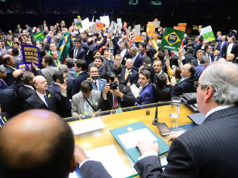 O presidente da Câmara dos Deputados, Eduardo Cunha (PMDB-RJ)(c), abre sessão especial de votação do pedido de impeachment da presidente Dilma Rousseff, em Brasília - 17/04/2016