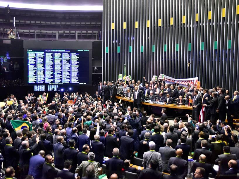 """Deputados abrem faixa com dizeres """"Fora Cunha"""" no plenário enquanto o presidente da Câmara dos Deputados, Eduardo Cunha (PMDB-RJ)(c), abre sessão especial de votação do pedido de impeachment da presidente Dilma Rousseff, em Brasília - 17/04/2016"""