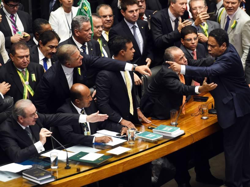 O deputado Orlando Silva (PCdoB-SP) discute com o presidente da Câmara dos Deputados, Eduardo Cunha (PMDB-RJ), durante sessão especial de votação do pedido de impeachment da presidente Dilma Rousseff, em Brasília - 17/04/2016