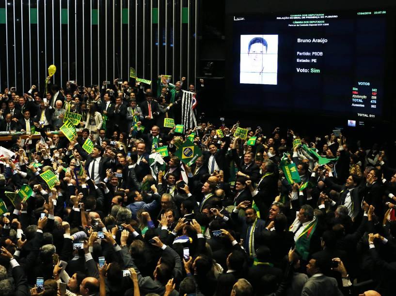 Parlamentares após votação que discutia o parecer do deputado Jovair Arantes, que recomendando a abertura do processo de impeachment da presidente Dilma Rousseff - 17/04/2016