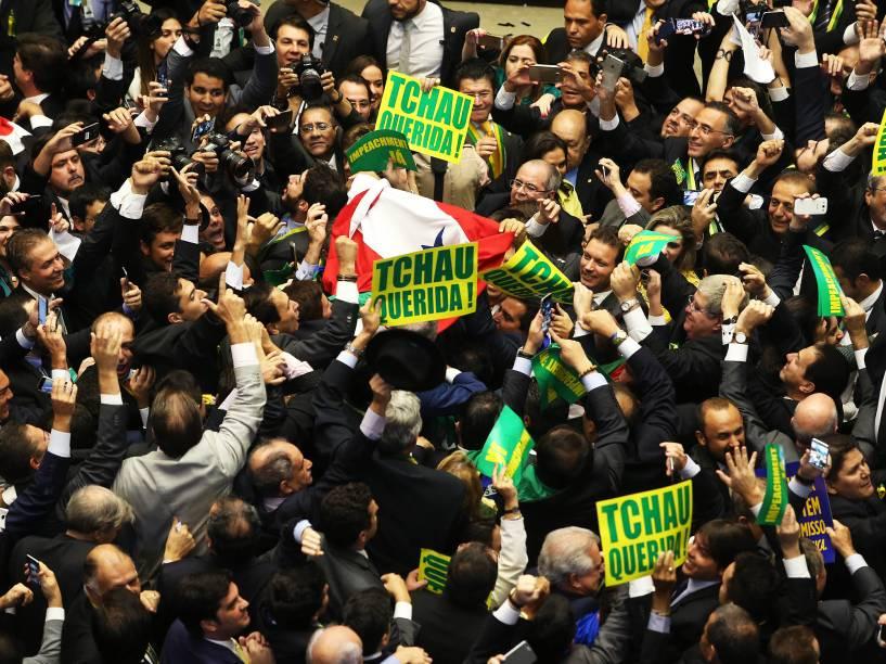 """Deputados pró-impeachment comemoram após a aprovação do pedido de impedimento da presidente Dilma Rousseff após o voto do deputado Bruno Araújo (PSDB-PE), em sessão da Câmara dos Deputados, em Brasília, neste domingo. O voto de Araújo foi o 342º do """"sim"""" ao impeachment de Dilma - 17/04/2016"""
