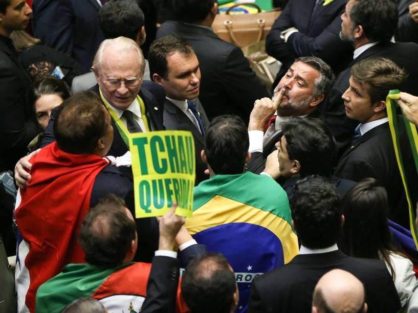 Deptuados durante sessão para votação do processo de impeachment da presidente Dilma Rousseff no plenário da Câmara, em Brasília - 17/04/2016