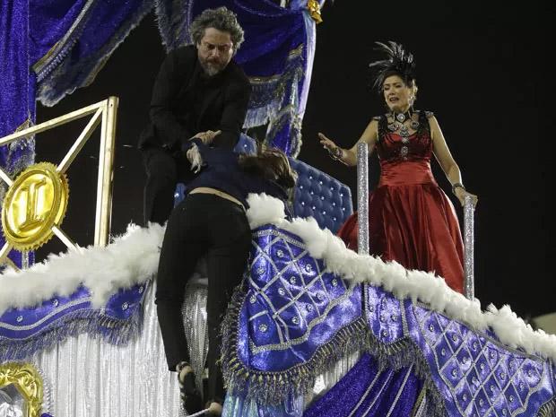 Cora (Marjorie Estiano) entra na frente de José Alfredo (Alexandre Nero) para salvá-lo da bala de Maurilio (Carmo Dalla Vecchia) e acaba atingida