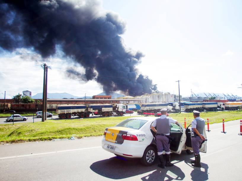 De acordo com o Corpo de Bombeiros, um dos tanques que explodiu estava carregado com três milhões de litros de óleo díesel, o que dificulta os serrviços e pode fazer com que as chamas ainda durem alguns dias