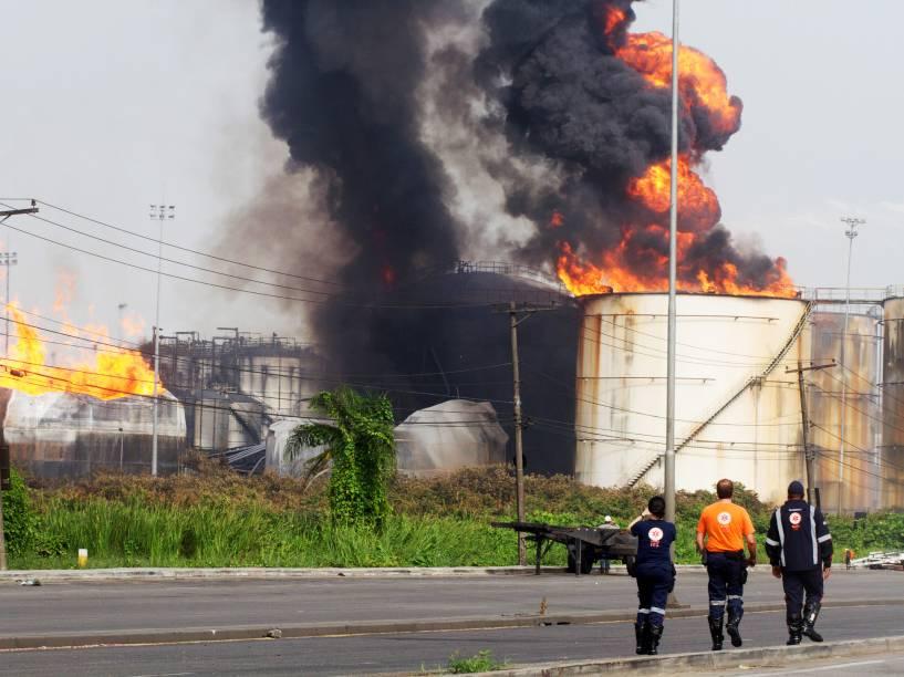 Incêndio em tanques de combustível em Santos chega ao 4º dia