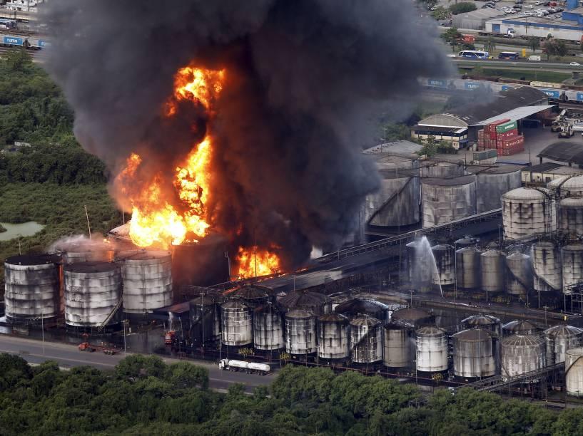 Incêndio de grandes proporções atinge tanques de combustível da empresa Ultracargo, na área industrial da Alemoa, em Santos (SP) - 02/04/2015