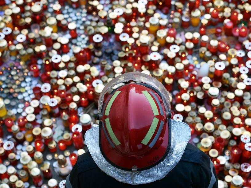 O incêndio na empresa Ultracargom situada no bairro da Alemoa em Santos, continua intenso. Brigada de incêndio atua incessantemente no combate às chamas e no resfriamento dos outros tanques para que o incêndio não se alastre ainda mais - 04/04/2015