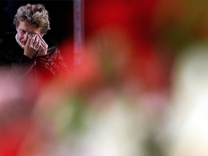 Mulher no memorial criado para as vítimas do acidente com o Airbus-321 da companhia Kogalimavia