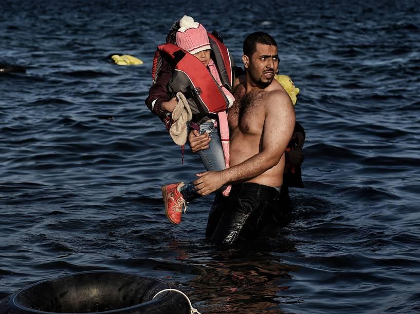Refugiados e imigrantes chegam à ilha grega de Lesbos após sair da Turquia e cruzar o Mar Egeu. Dos 218 mil imigrantes e refugiados que saíram para o mar em outubro, 210 mil desembarcaram na Grécia, a maioria em Lesbos