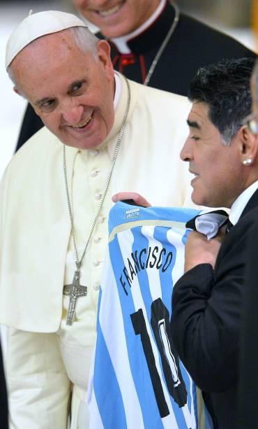Papa Francisco recebe camisa da seleção argentina das mãos do ex-craque Diego Maradona em recepção no Vaticano, antes do Jogo da Paz