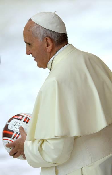 Papa Francisco recebe uma bola de futebol da seleção argentina durante recepção aos organizadores, atletas e convidados do Jogo da Paz, no Vaticano