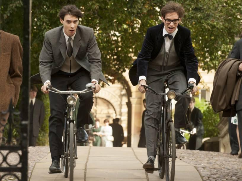 Os atores Charlie Cox e Eddie Redmayne em cena do filme A Teoria de Tudo