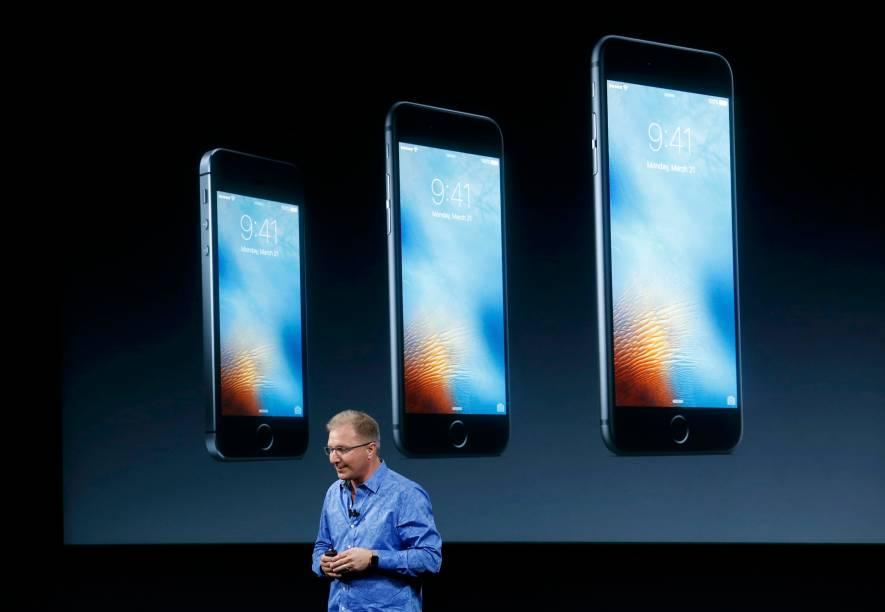 Vice-presidente da Apple, Greg Joswiak, introduz o novo iPhone SE, na sede da empresa em Cupertino, California, nesta segunda-feira (21)