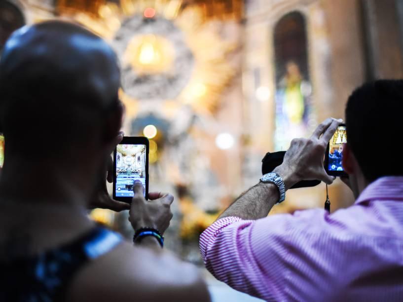 A Imagem Original de Nossa Senhora foi descida do Glória, um monumento que fica no ponto mais elevado do altar-mor do Santuário
