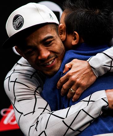 José Aldo abraça seu filho durante evento de UFC, em Curitiba