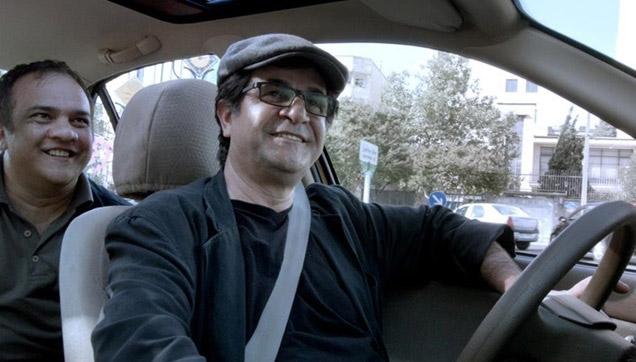Jafar Panahi conduz pessoas pelas ruas de Teerã em seu novo filme, 'Táxi'