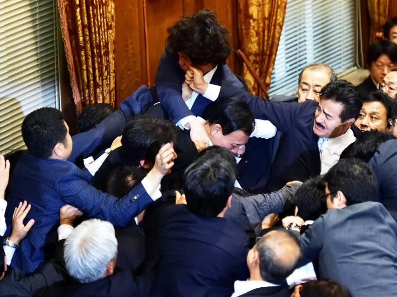 Membros do Parlamento japonês entraram em confronto durante debate sobre projeto de reforma da lei de segurança - 17/09/2015