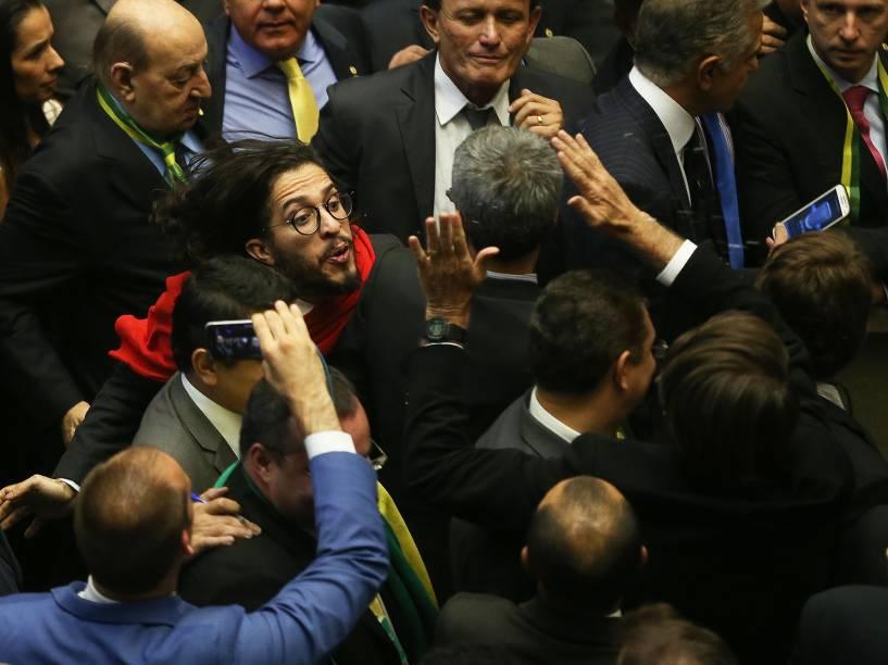 O dep. Jean Wylys (PSOL-RJ), ao ser provocado, cuspiu no dep. Jair Bolsonaro (PP-RJ) após declarar seu voto. - Deputados federais durante votação do pedido de impeachment da presidente Dilma Rousseff, no plenário da Câmara - 17/04/2016