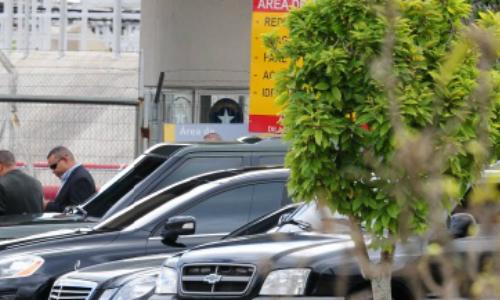Carros e seguranças no aguardo do desembarque de Jennifer Lopez no aeroporto de São Paulo