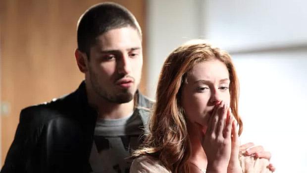 João Lucas (Daniel Rocha) vai à casa de Maria Isis (Marina Ruy Barbosa) e beija a amante do pai, José Alfredo (Alexandre Nero)