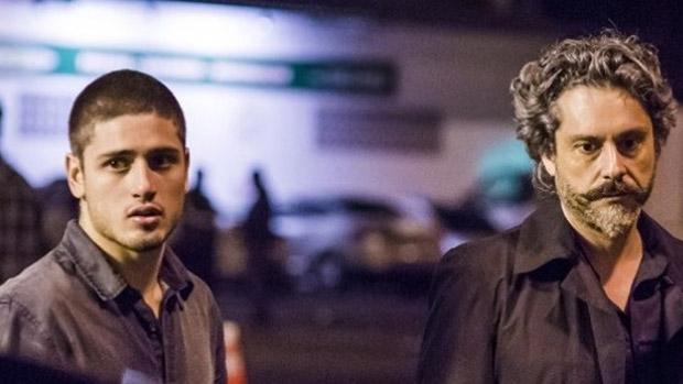 João Lucas (Daniel Rocha), o caçula rebelde, reencontra o pai, José Alfredo (Alexandre Nero), que finge estar morto