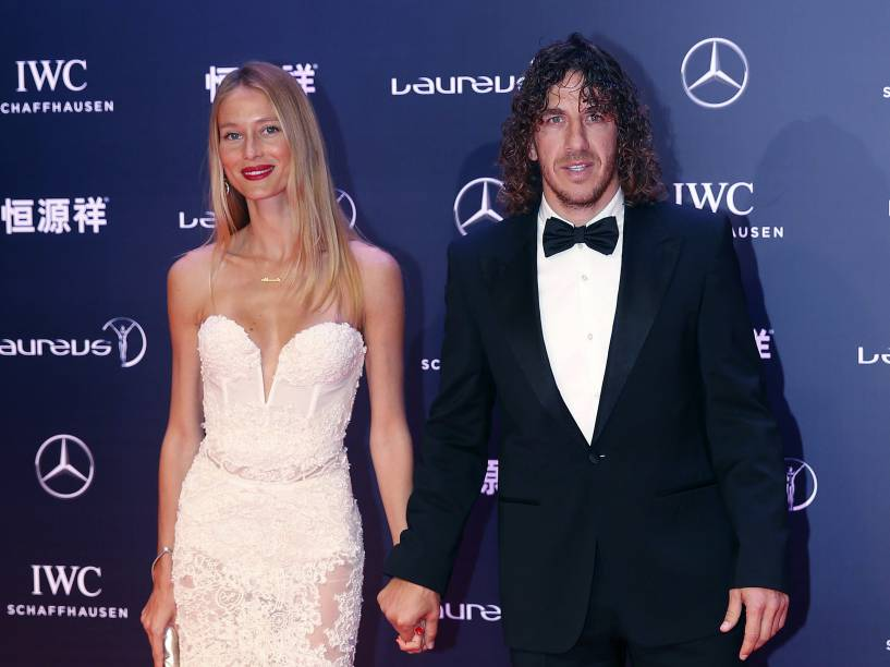 Carles Puyol comparece à cerimônia de premiação acompanhado da modelo Vanessa Lorenzo