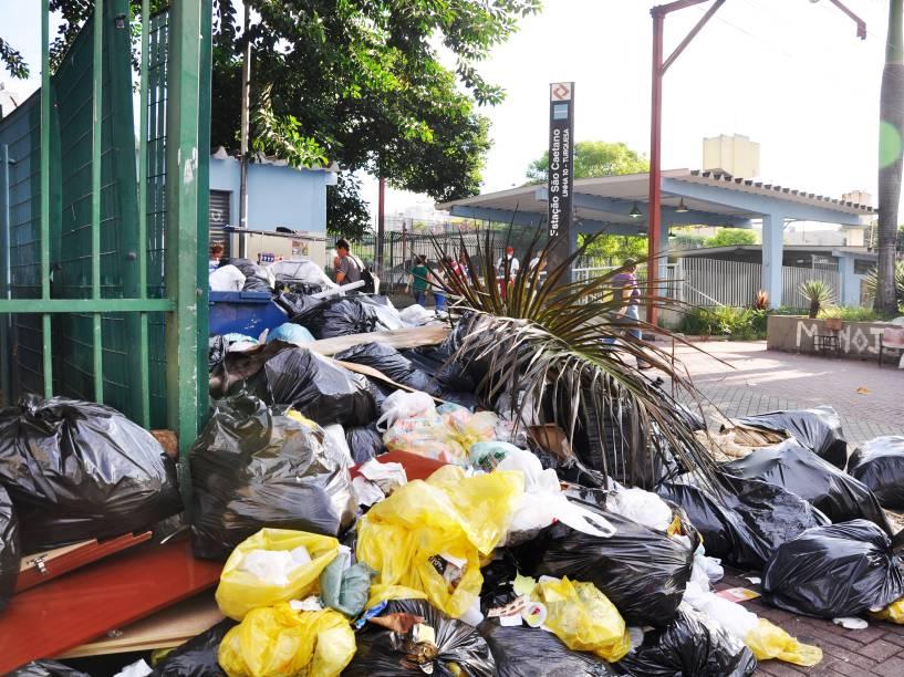 Lixo acumulado em frente a estação de trem em São Caetano do Sul, no ABC - 31/03/2015