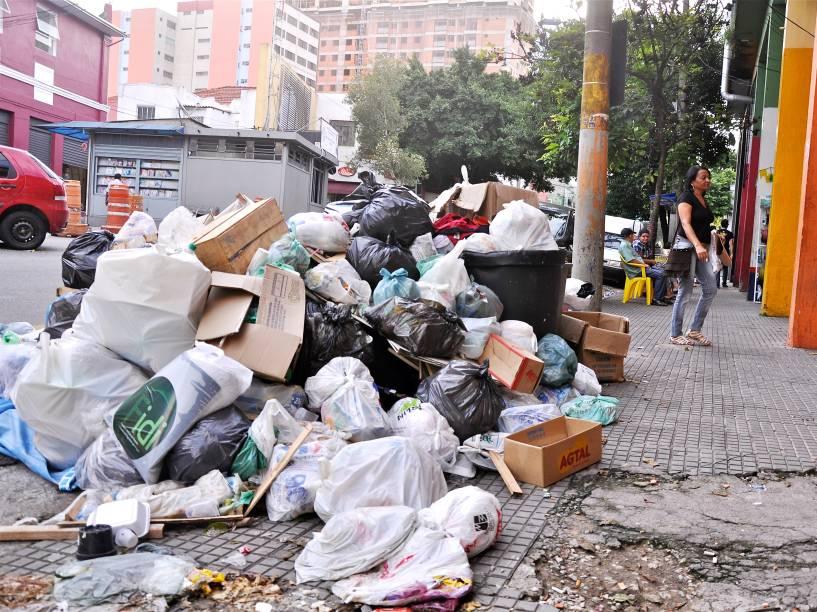 Com a greve dos Garis, lixo é acumulado nas calçadas do ABC - 31/03/2015
