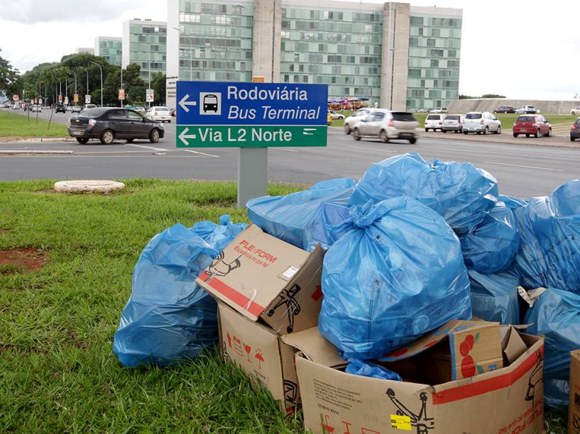 Brasília abandonada no final do governo Agnelo: lixo no Eixo Monumental. Apesar de a situação ter melhorado, as paralisações de garis nas últimas semanas por falta de pagamento prejudicaram a população