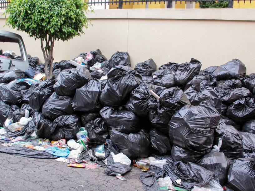 Acúmulo de lixo em ruas do ABC