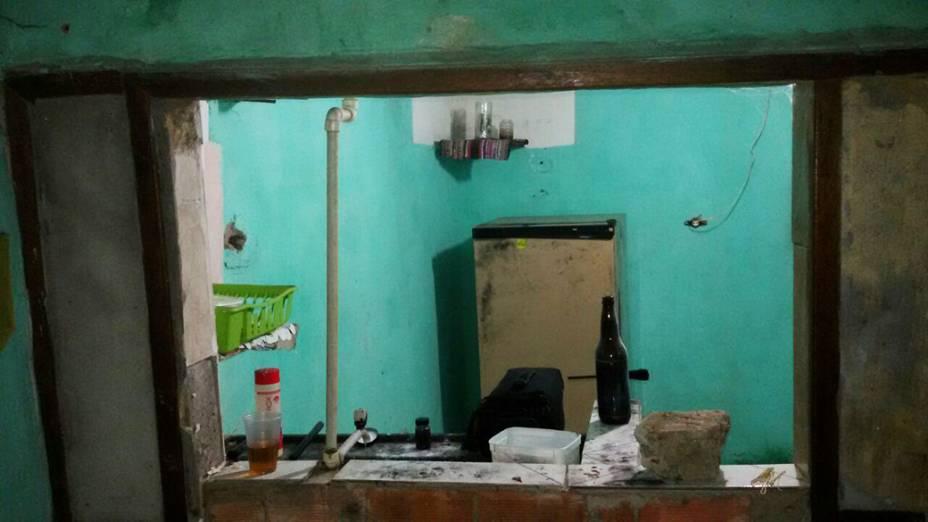 Cozinha do imóvel onde jovem de 16 anos foi estuprada no Rio de Janeiro