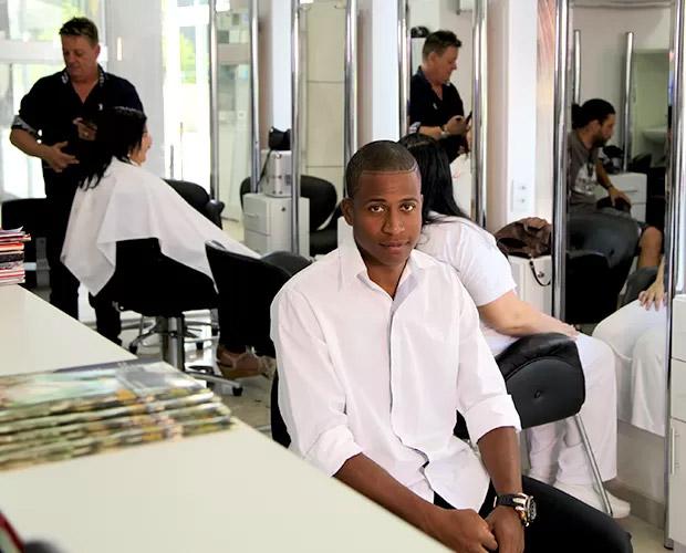 Gerente operacional de salão de beleza em Mesquita, o carioca Luan tem 23 anos e já teve nove empregos diferentes
