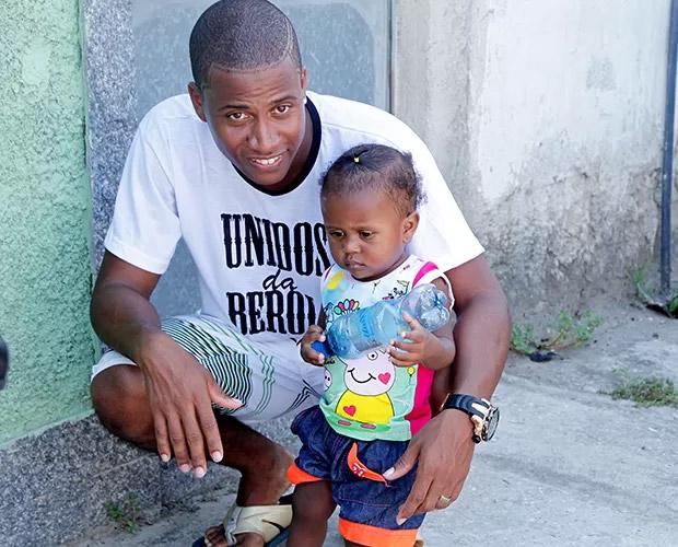 Gerente operacional de salão de beleza em Mesquita, o carioca Luan tem uma filha de 1 ano